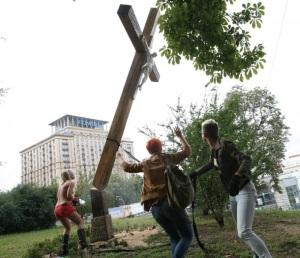 Femen scieuses de croix